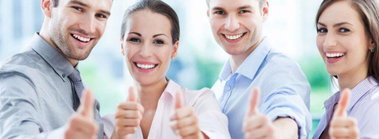 des salariés avec le sourire aux lèvres lèvent le pouce en signe de réussite