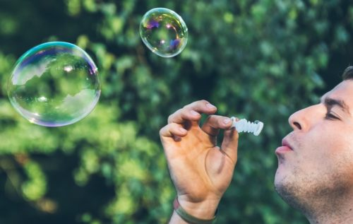 Un ado fait des bulles de savon qui s'envolent pour signifier son bien-être