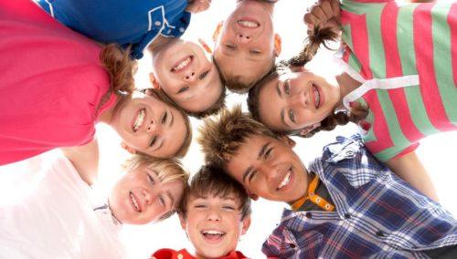 7 enfants forment une ronde et sourient à l'objectif